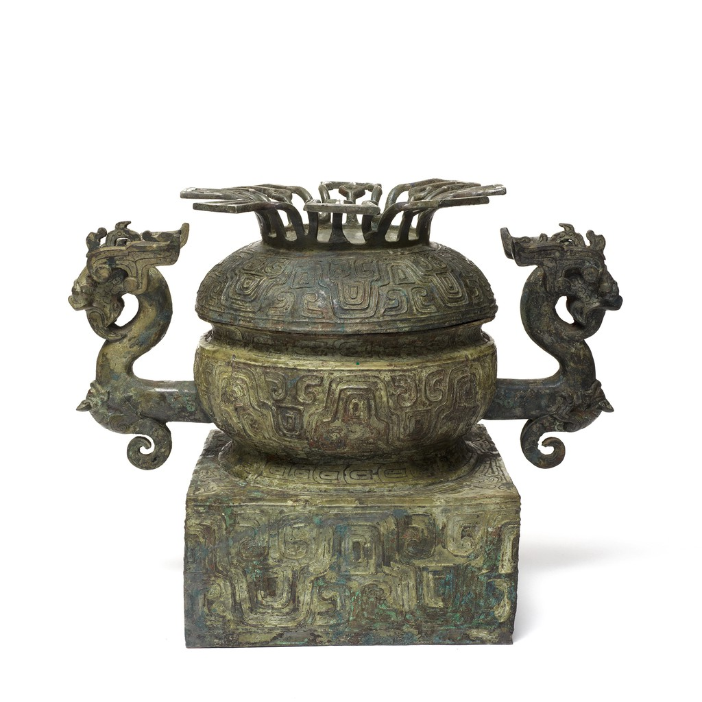 A bronze food vessel with two dragon heads on the both sides.