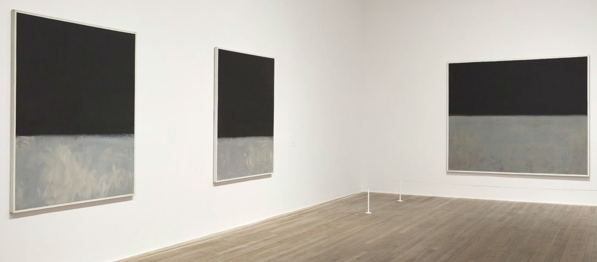 The entrance of Rothko's exhibition. A brif of introduction with two photos are presented on the wall. A sculpture is in front of the wall.