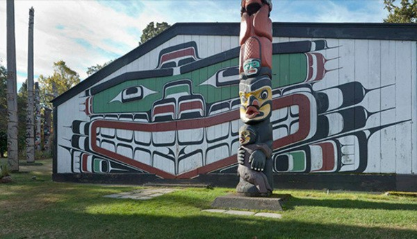 A big house with mural is surround by several totem poles. The side bar is on the left which shows the clickable object thumbnails.