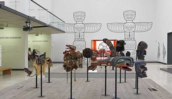An Kwakwaka'wakw exhibition in Staatliche Kunstsammlungen Dresden. There are mutiple Kwak´wala masks, sculptures and mural in the bright gallery room. The left sidebar shows the gallery map and the object thumbnails.